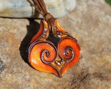 Narancs színű tűzzománc ikerörvényes medál