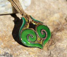 Zöld tűzzománc ikerörvényes medál